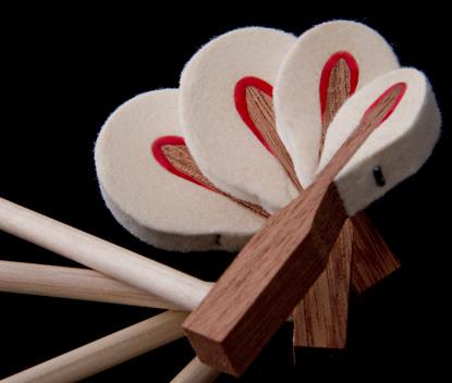 Các búa đàn có ghim hình chữ T, lõi bằng gỗ gụ và được bọc nỉ hai bên