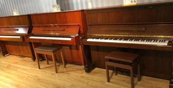 Đàn piano màu nâu gỗ thanh lịch
