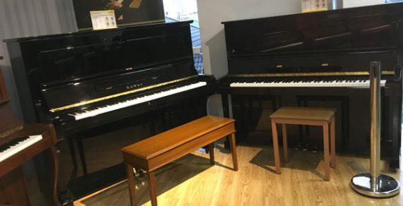 Đàn piano cũ màu đen sang trọng
