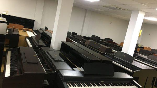 Ngoài đàn piano cơ thì Việt Thương Music còn có đàn piano điện cũ