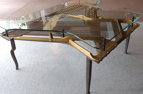 đàn Piano cũ để làm bàn uống nước cho phòng khách